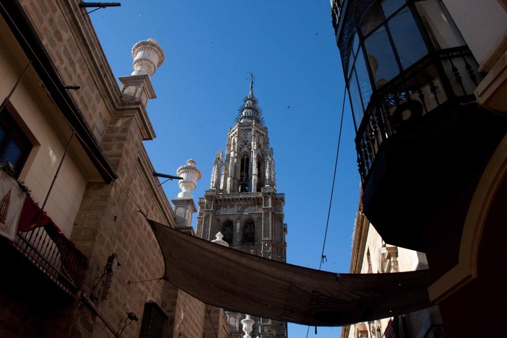 La Torre de coronada de gabletes rompe el cielo azul difuminándose en la altura
